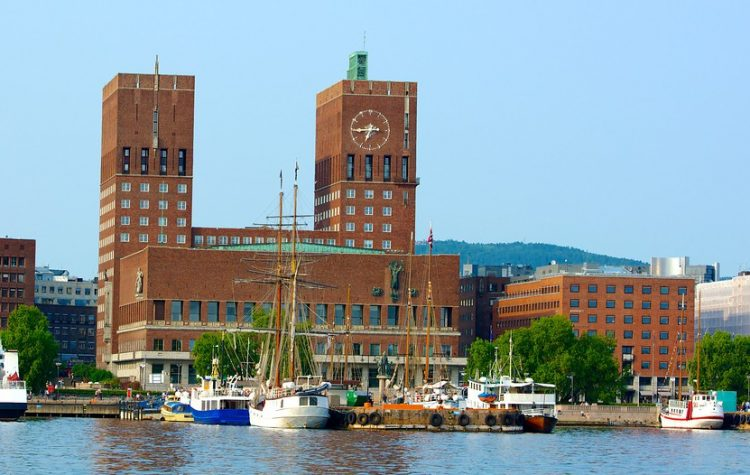 Oslo et son hotel de ville (photo Expedia)