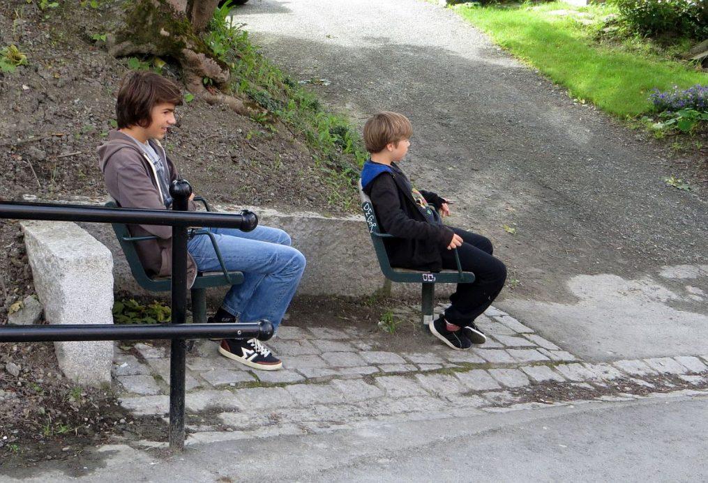 Mes garçons testent les sièges pour observer le remonte-pentes pour vélo