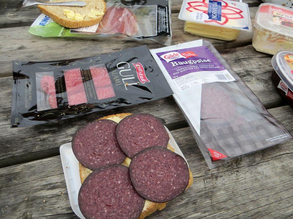 un de nos pique-niques habituels, pain, salami et fromage norvégien